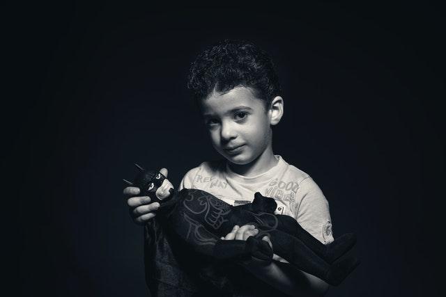 дете държи играчка батман
